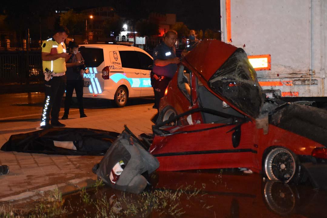 Adana'da otomobil TIR dorsesine çarptı: 2 kişi can verdi