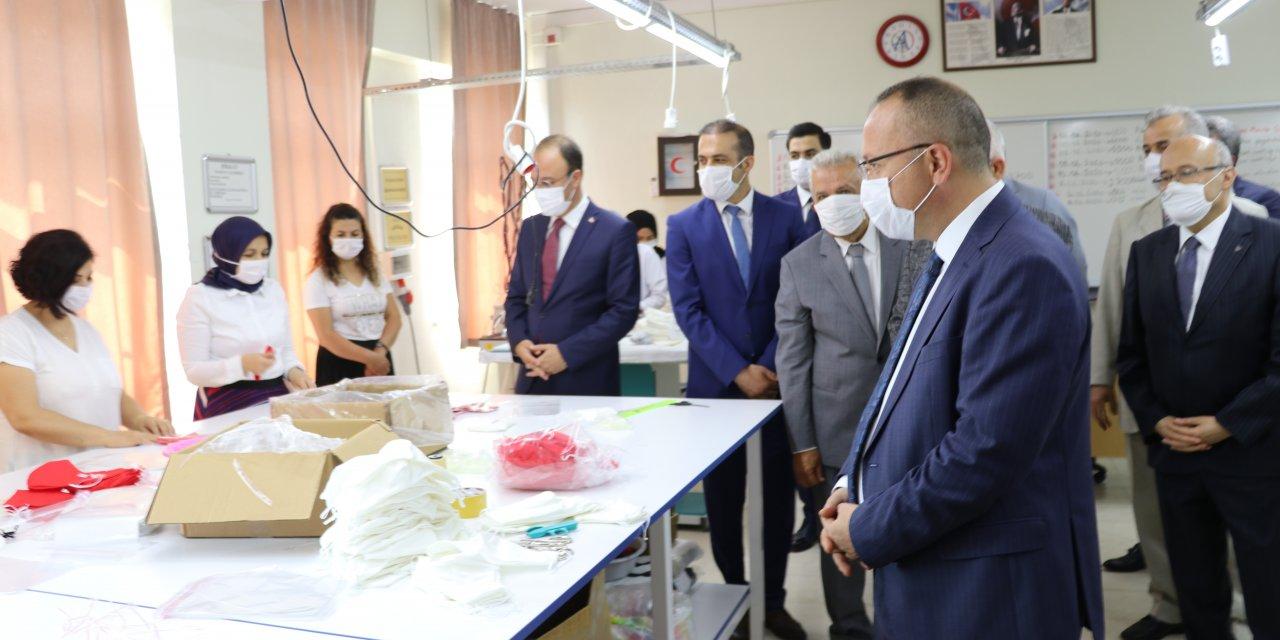 Denizli'de meslek lisesi öğrencilerinin diktiği maskeler ihraç edildi