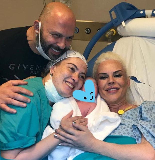 İpek Tanrıyar bebeğini kucağına aldı!