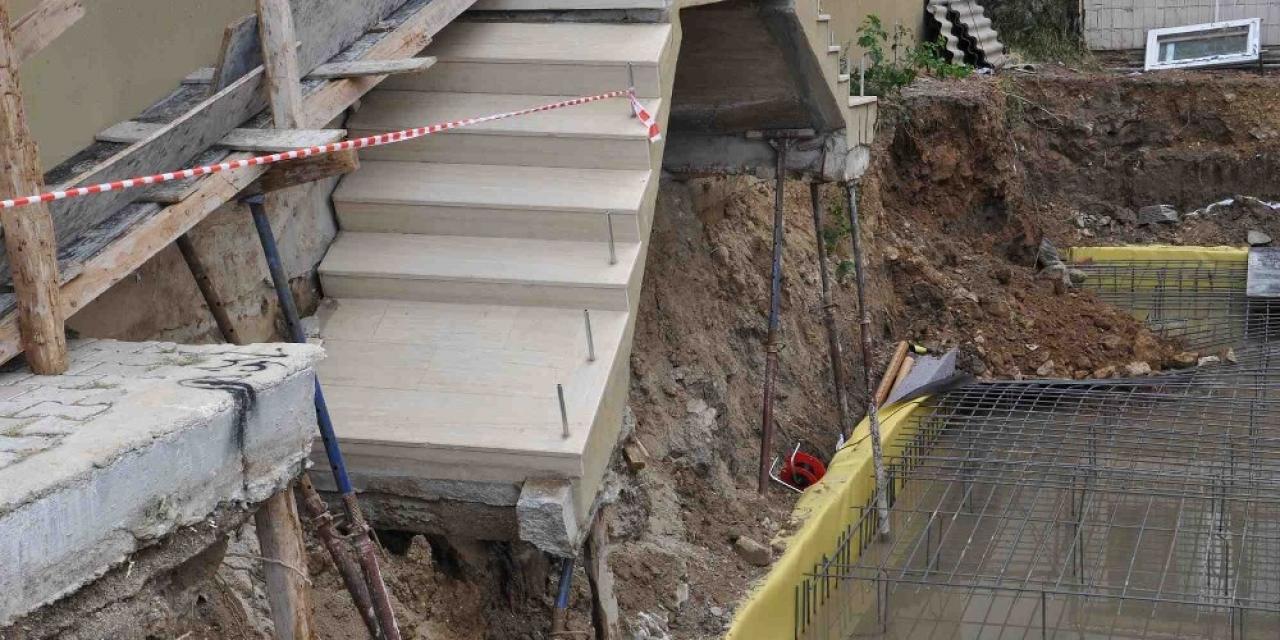 İzmir'de sağanak yağış sonrası 2 apartmanın girişinde çökme meydana geldi