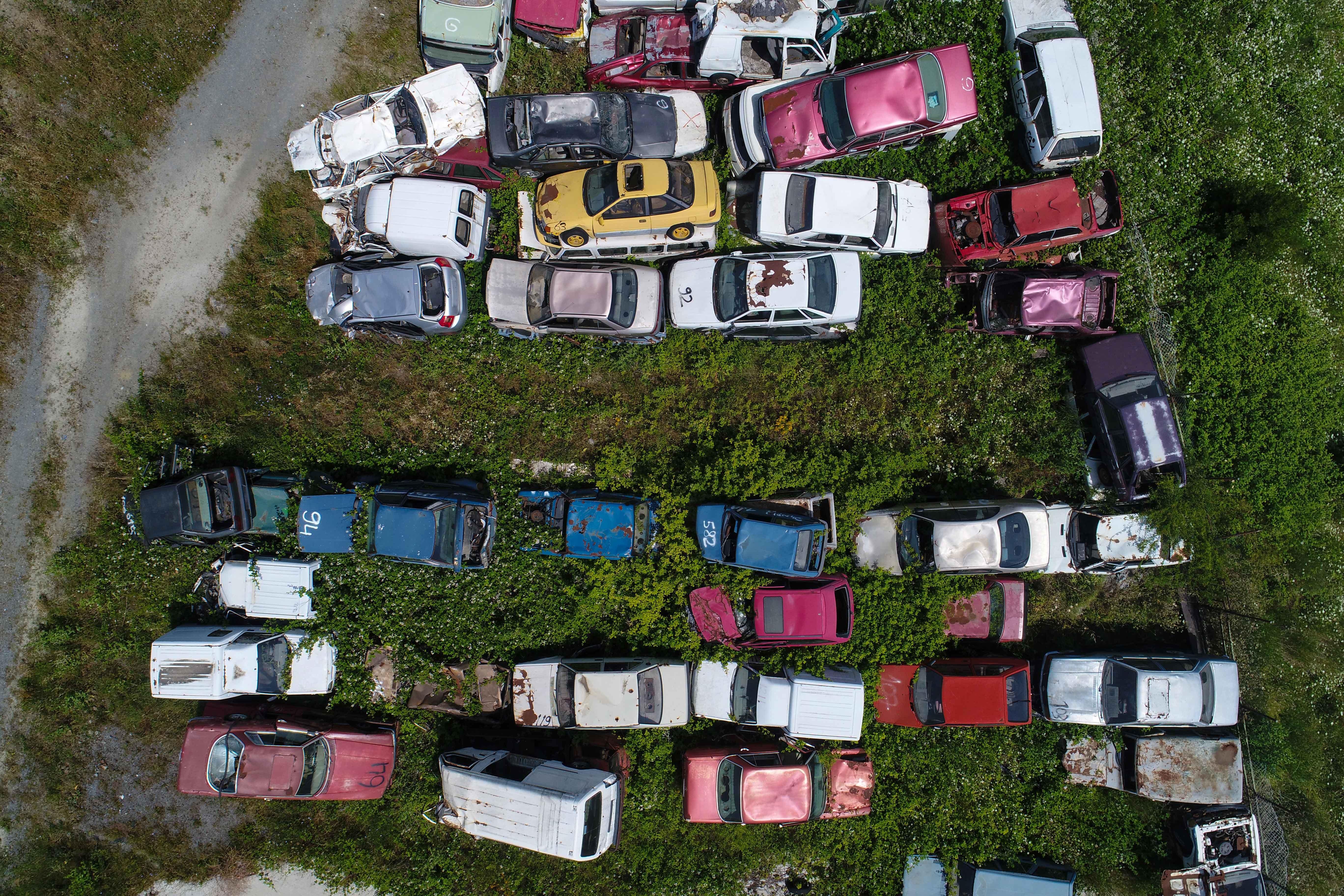 Otomobiller çürümeye terk edildi