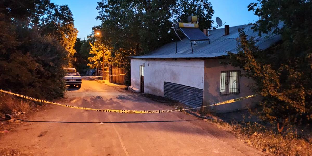 Psikolojik sorunları olduğu iddia edilen kişi, satırla komşularını yaraladı