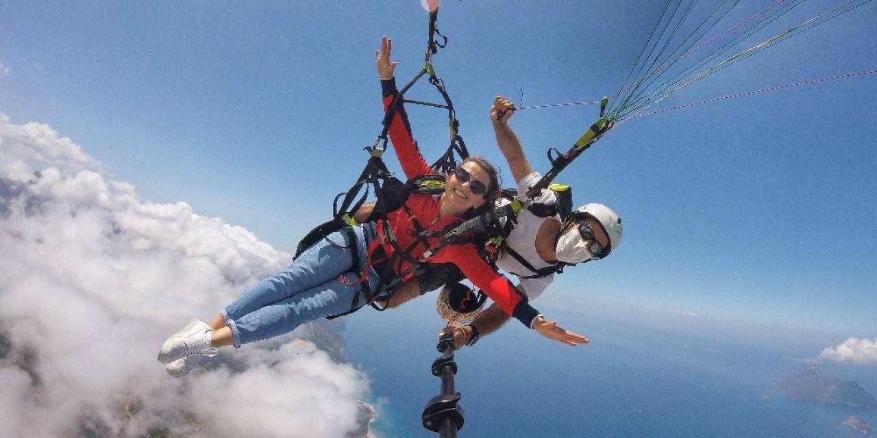 Aylardır en riskli görevi yürüten sağlık çalışanları, gökyüzünde stres attı