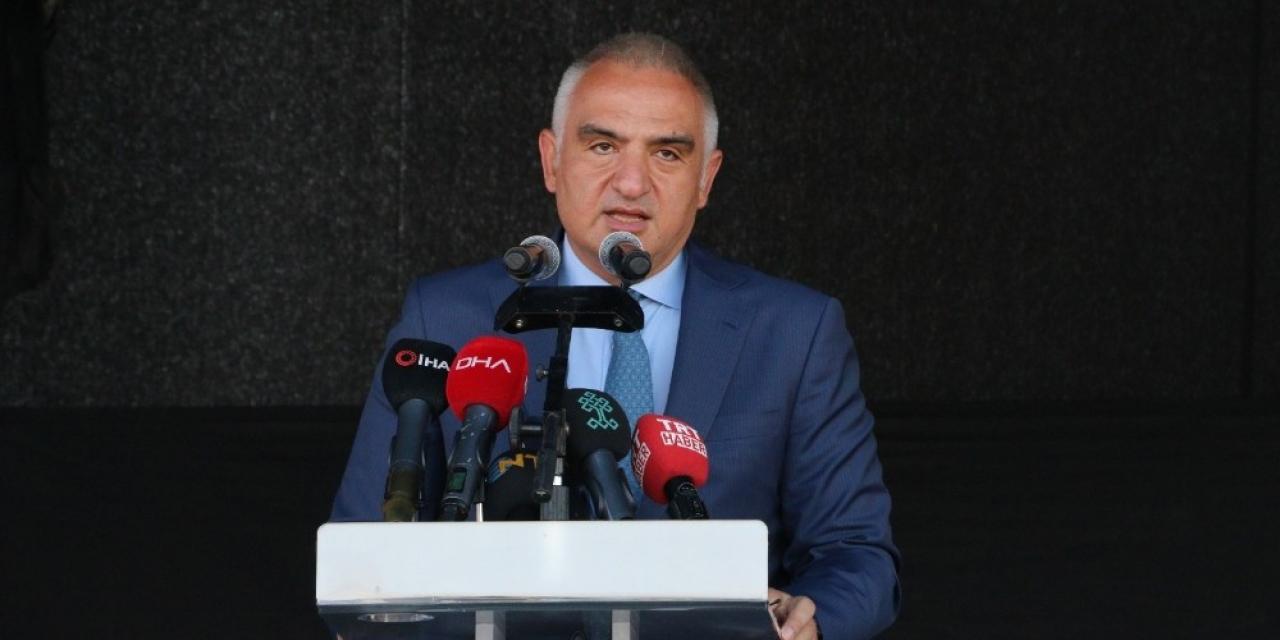 Bakan Ersoy, 'Yürüyen Tiyatro Sahnesi'ni Erzincan'a uğurladı