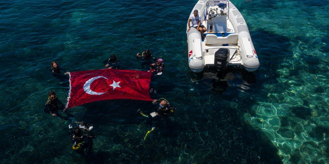 İzmirli dalgıçlar, Kabotaj Bayramı'nı batıkta Türk bayrağı açarak kutladı