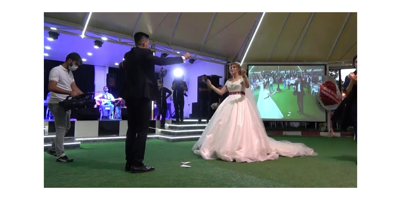 Korona virüs gölgesinde ilk düğün yapıldı, sadece gelin ve damat oynadı