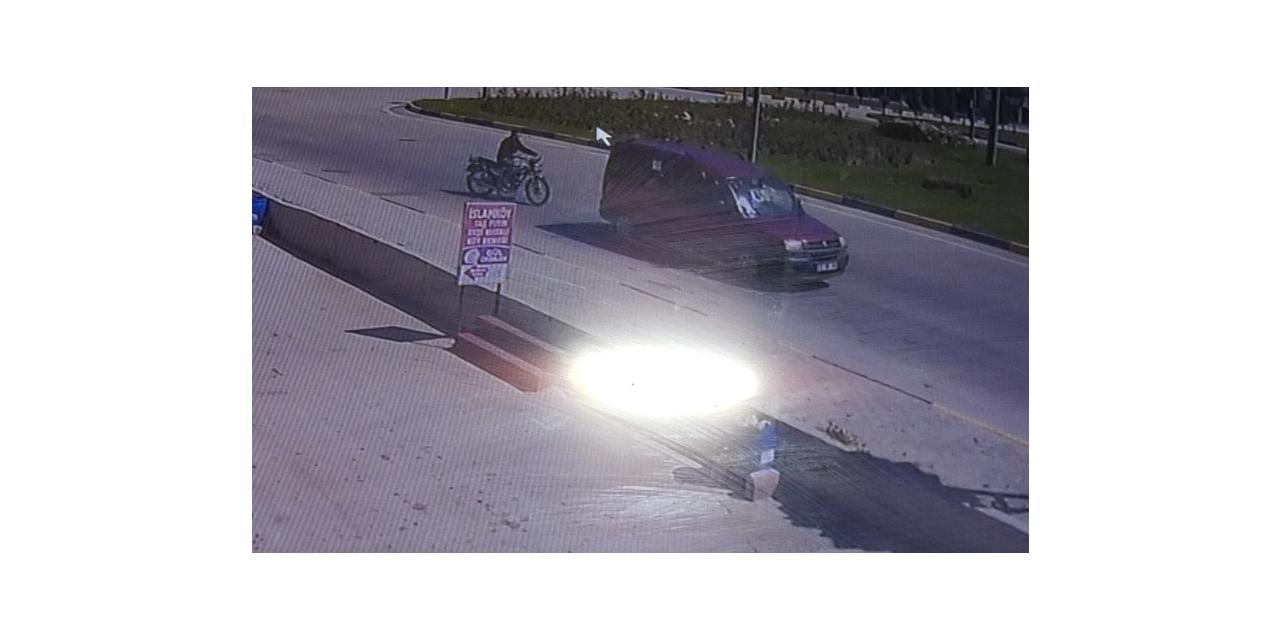 Isparta'da kasksız motosiklet sürücüsü kırmızı ışık için yavaşlayan araca çarptı