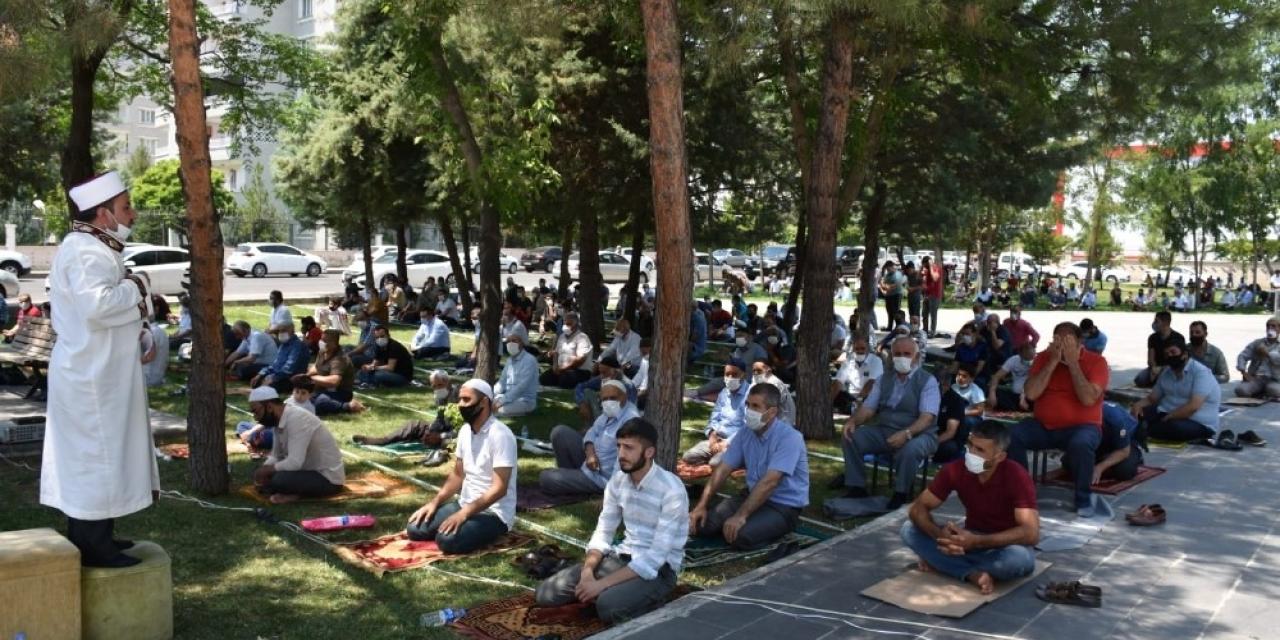 Başkan Beyoğlu cuma namazını vatandaşlarla birlikte sosyal mesafeye uyarak kıldı