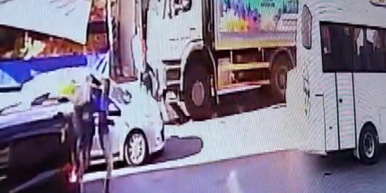 Esenyurt'ta kadının çöp kamyonunun altında kaldığı kaza güvenlik kamerasında