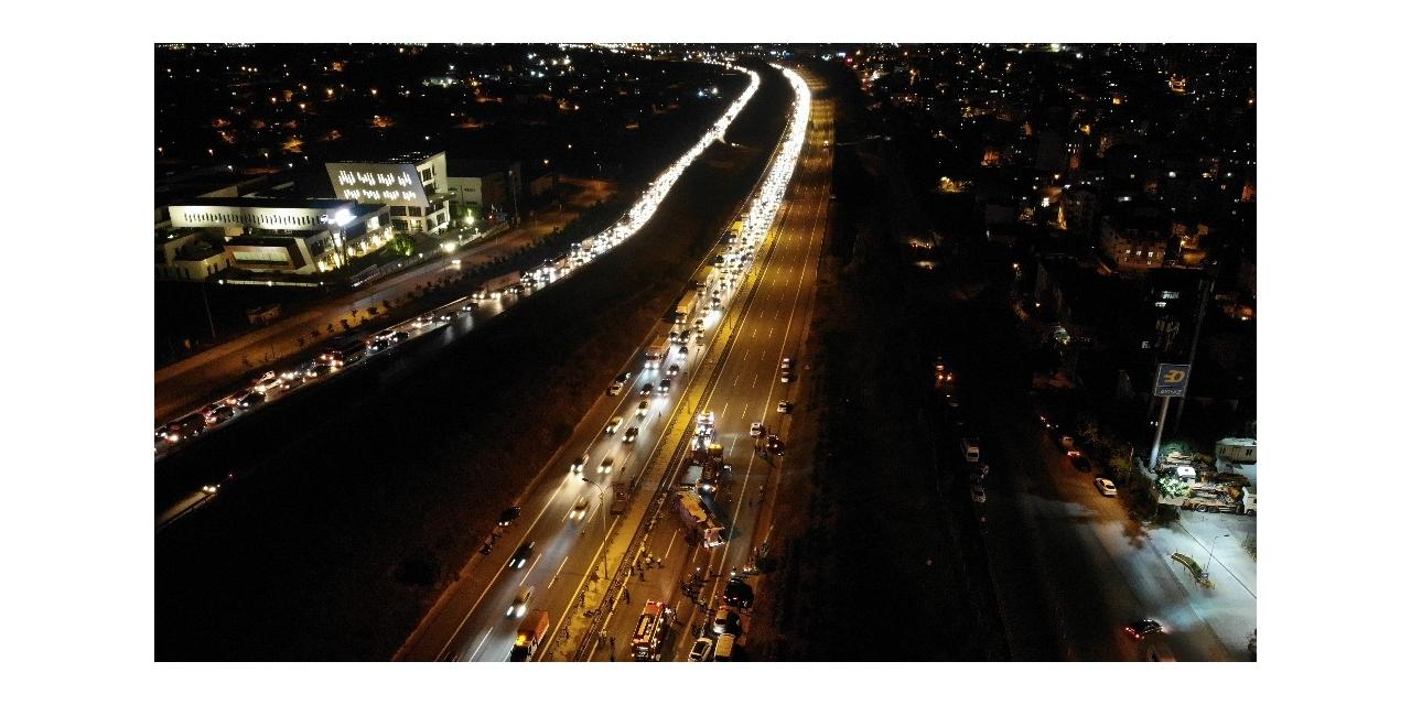 Devrilen otobüsün kilitlediği TEM Otoyolu trafiğe açıldı
