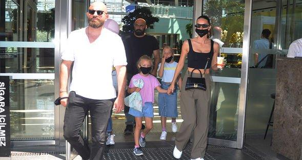 Yasemin Özilhan, eşi ve kızlarıyla alışverişte