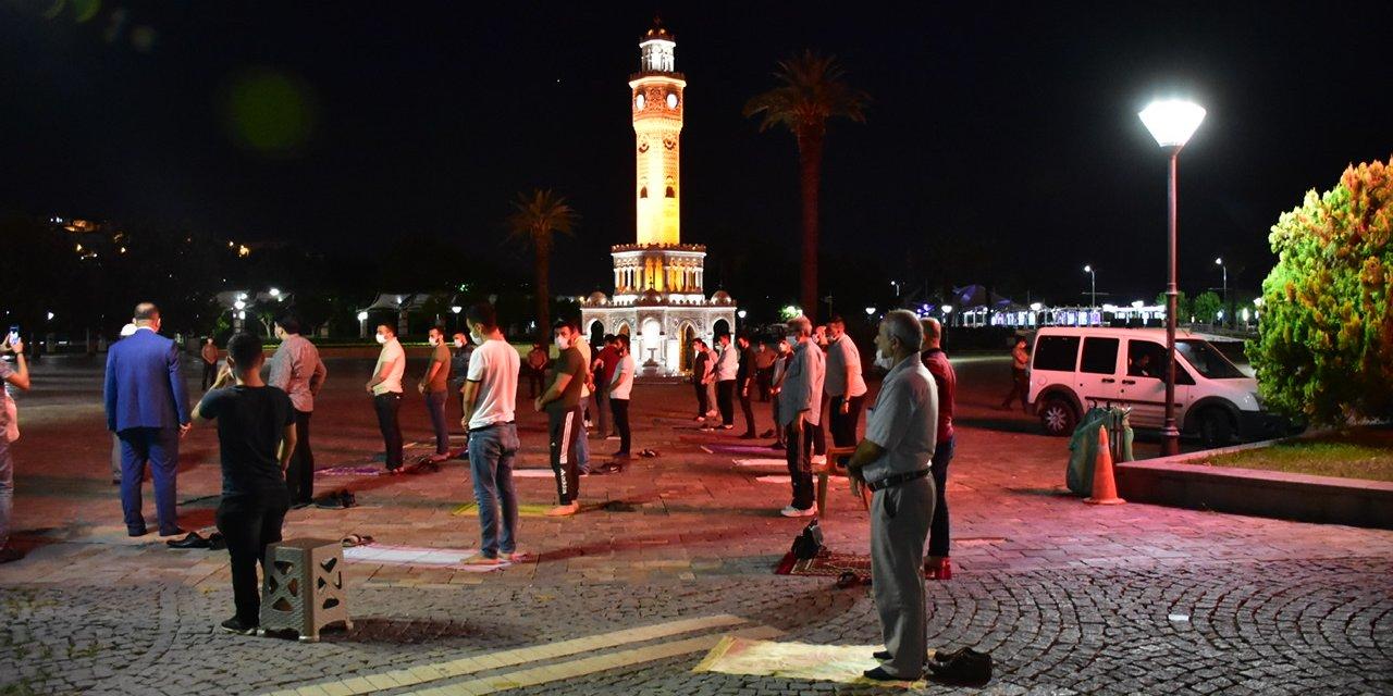 İzmir'de, Ayasofya için 30 ilçede şükür namazı kılındı