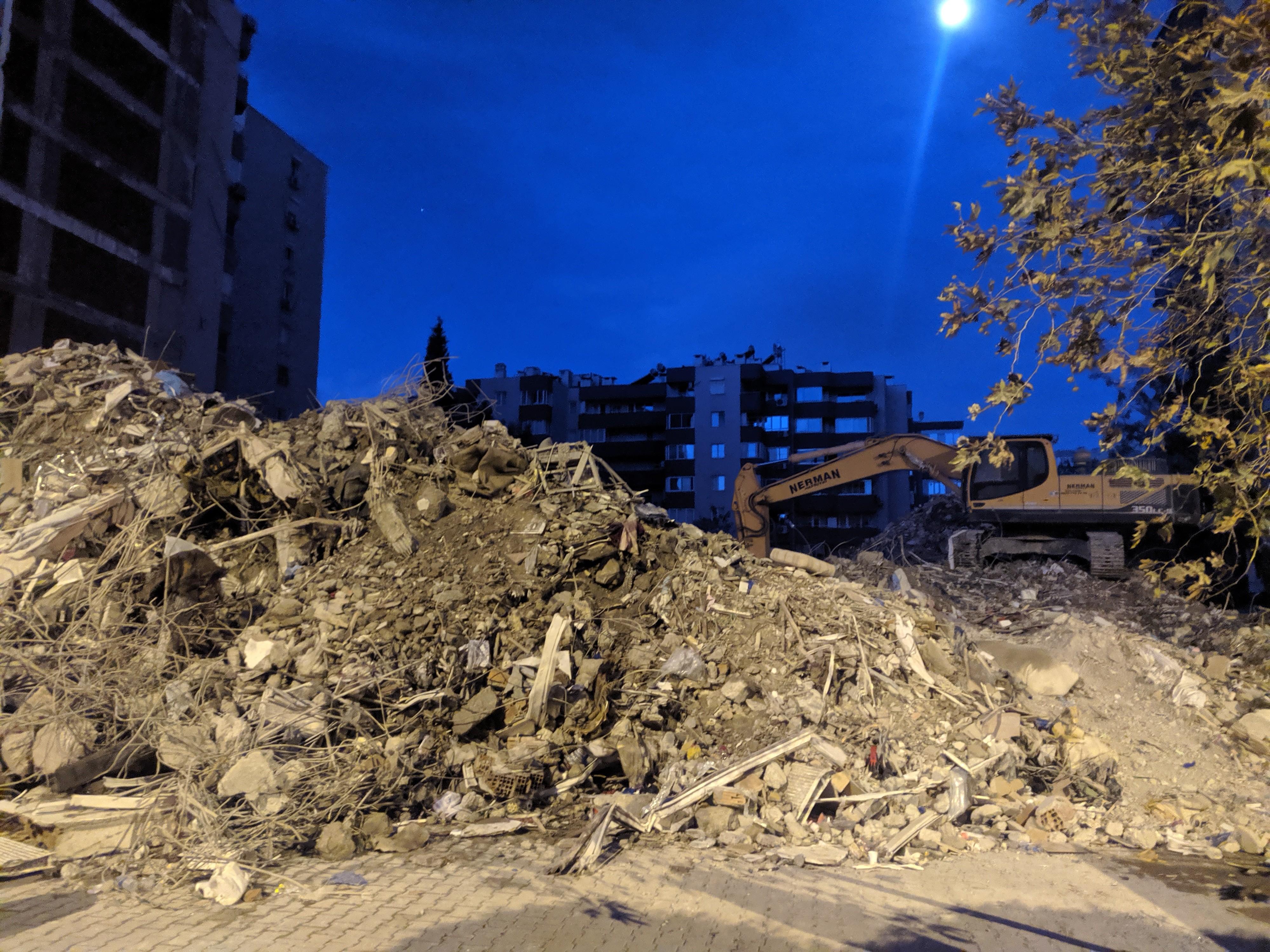 İzmir'deki Yılmaz Erbek apartmanından kahreden haber: 7 kişinin cansız bedeni çıkarıldı