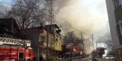 Son dakika| Artvin Yusufeli'nde 200 haneli köyde yangın! 30 civarında ev kül oldu