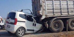 Kamyonet yol kenarındaki tıra çarptı: 3 ölü