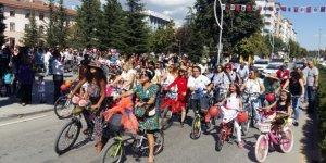Süslü kadınlar bisiklet turu renkli görüntülere sahne oldu
