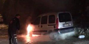 Artvin'de park halindeki araç alev alev yandı