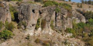 Uşak'ta 7 bin yıllık kaya mezar ve evler ilgi bekliyor