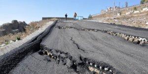 Kars'ta, çöken yol trafiğe kapatıldı