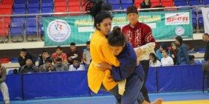Kuşak Güreşi Ümitler Türkiye Şampiyonası Karabük'te Başladı