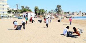Avrupalı öğrenciler, işitme engellilerle birlikte Kızkalesi sahilini temizledi