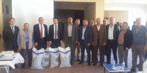 Çavdarhisar'da 31 çiftçiye Macar fiği tohumu dağıtıldı