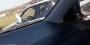Ayakları dışarıda otomobil kullanan sürücü şaşkına çevirdi