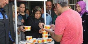 Polis Eşleri Derneğinden vatandaşlara aşure ikramı