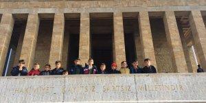 Başkent, yere düşen Türk bayrağını göndere çeken Şırnaklı öğrencileri bağrına bastı