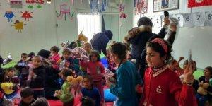 Çadır kentte kalan Suriyeli çocuklar sevindirildi