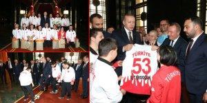 Down Sendromlu Sporcular Erdoğan'a 53 Numaralı Forma Hediye Etti