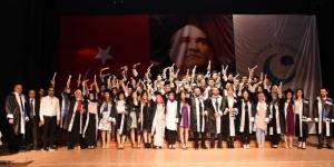 Turizm Fakültesi öğrencileri mezuniyet cübbelerini giydi