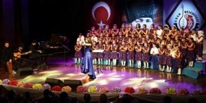 Uşak'ta miniklerin tek ses olduğu dev konser hayran bıraktırdı