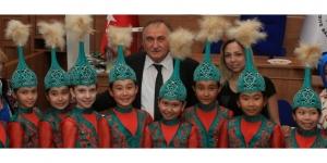Kazak ve Kırgız çocuklar Başkan Yılmaz'ı ziyaret etti