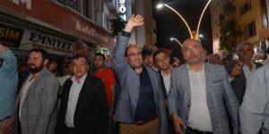 Sandıklı'da seçim zaferi belediye balkonundan kutlandı