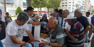 Erdoğan'ın zaferini baklava dağıtarak kutladı