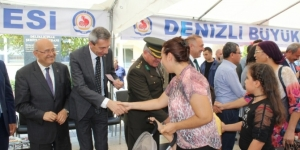 Denizli protokolü vatandaşlarla bayramlaştı