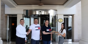 Hilton yöneticileri, misafirlerinin bayramını kutladı