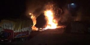 Park halindeki saman yüklü 2 kamyon yanarak küle döndü