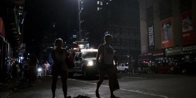 New York karanlıkta kaldı! Tepkiler çığ gibi büyüyor