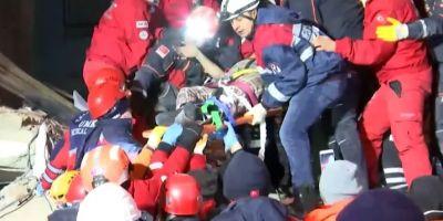 Depremden saatler sonra 2 kadın ve 1 çocuk enkazdan sağ kurtarıldı