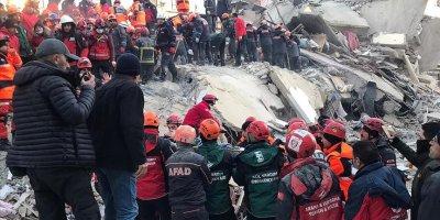 Elazığ'da bir kişi 12 saat sonra enkazdan çıkarıldı