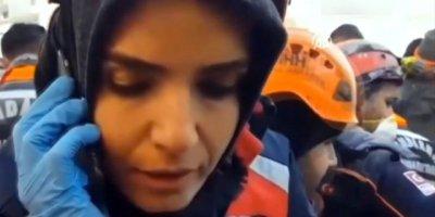 Enkaz altındaki kadın ekiplerle iletişime geçti: Görevli sakinleştirdi