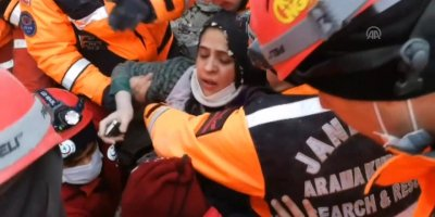 Enkaz altında kalan bir annenin çocukları için feryadı yürekleri dağladı