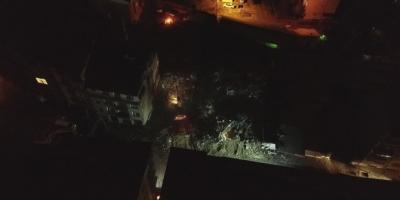 Elazığ'da ağır hasarlı binaların yıkımı geceleri de devam ediyor