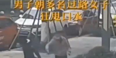 Çin'de bir kişi, insanlara tükürüğüyle koronavirüs bulaştırırken görüntülendi!