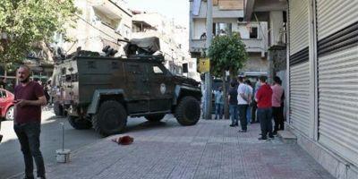 Diyarbakır'da kimlik kontrolü yapmak isteyen polislere ateş açıldı: 1 polis şehit