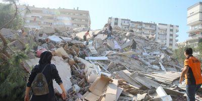 Depremin ardından göçük altından yaralılar çıkarılıyor!