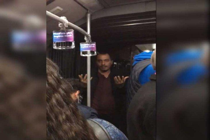 İki Gencin Metorbüste Öpüşmesi Bir Yolcu Tarafından Sert Şekilde Tepki Gördü