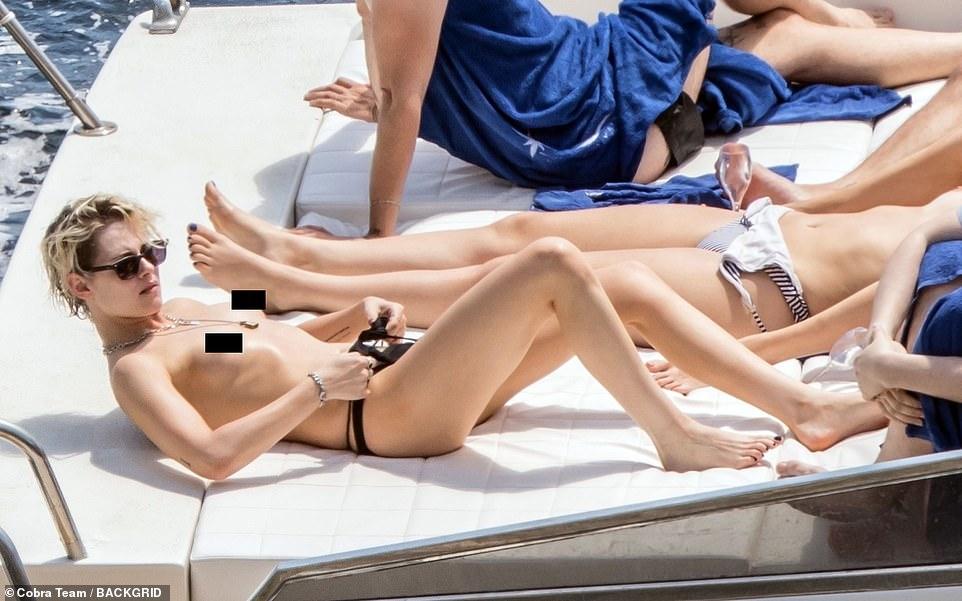 Kristen Stewart bikinisiz görüntülendi |Kristen Stewart sansürsüz